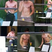 Gostosura do Dia: Zac Efron pelado em varanda de hotel em Sydney.