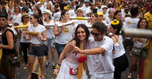 2013---a-atriz-alessandra-negrini-e-musico-wilson-simoninha-desfilam-no-bloco-baixo-augusta-em-sao-paulo-no-carnaval-2013-1390246501118_956x500